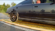 汽车停在清洁剂中,液体让轮胎打滑严重,这车开起来会怎样?