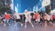 权志龙-狂放,在广场舞大妈的地盘上找到位置真的很不容易