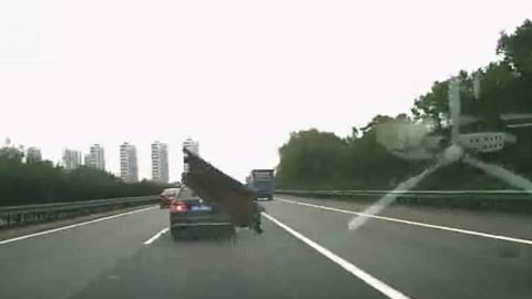 高速飛來鐵塊擊中副駕致死 行車記錄儀拍下恐怖一幕